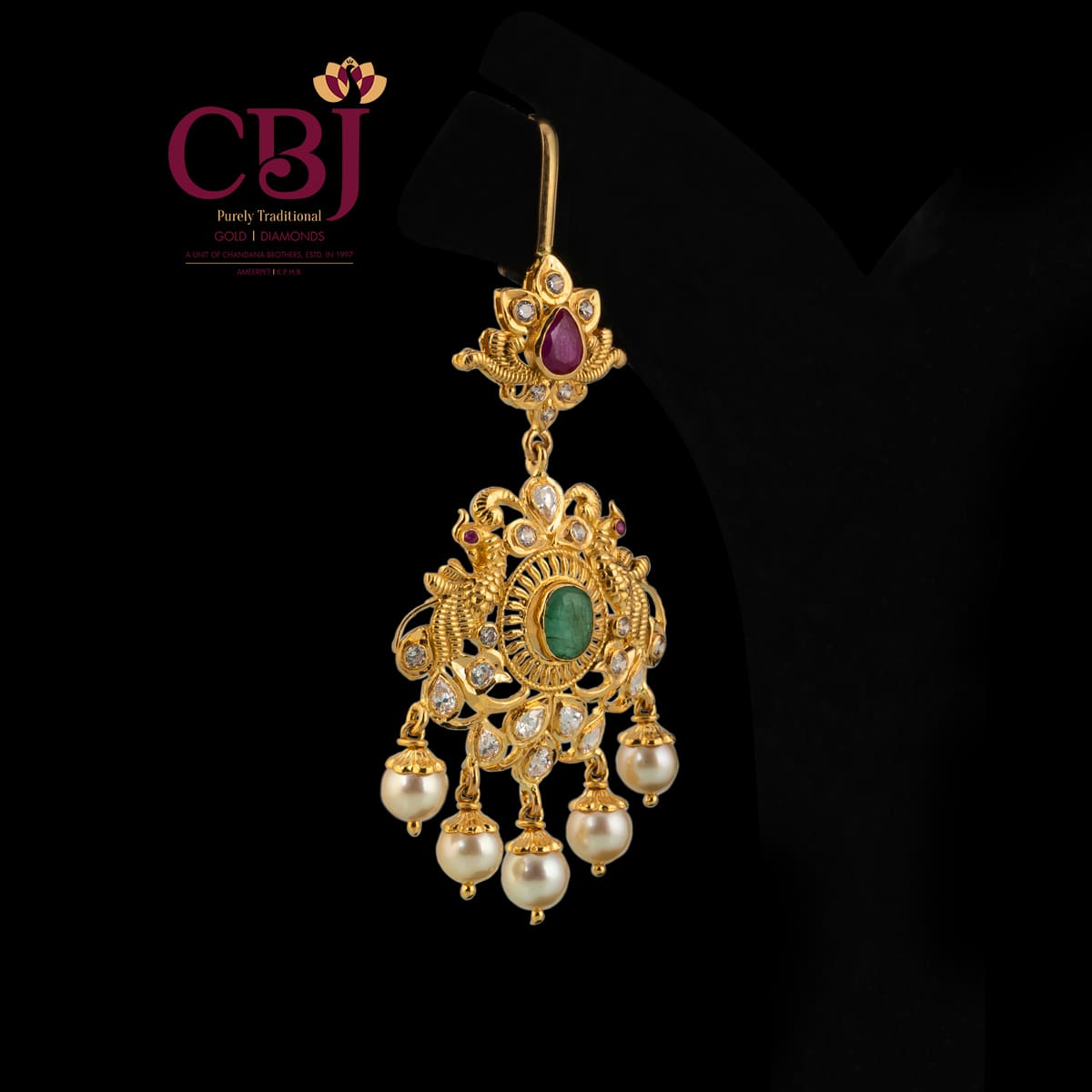 A simple maang tikka comprising of cz and emerald stones to enhance your traditional look.